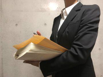 書類を持つ人